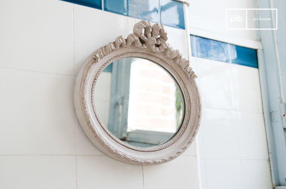 Questo piccolo specchio dall\'aria romantica e retro è stato interamente realizzato in legno