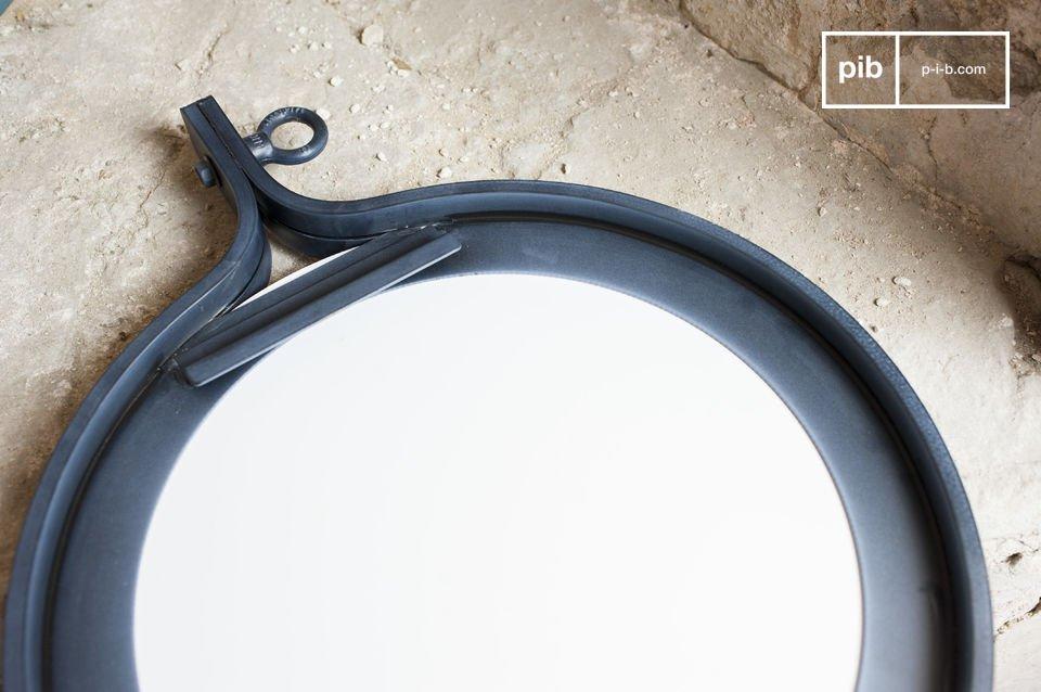 Lo specchio Matka ha un diametro di 40 cm ed una cornice in metallo verniciato