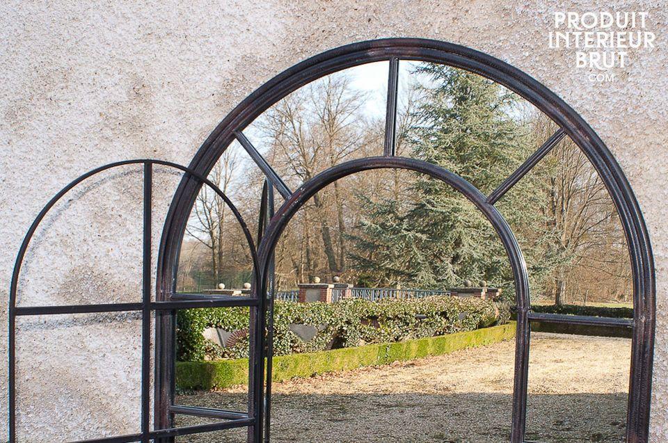 Lo stile particolare di questo specchio risiede nella sua forma elegante e nell\'aspetto ruvido