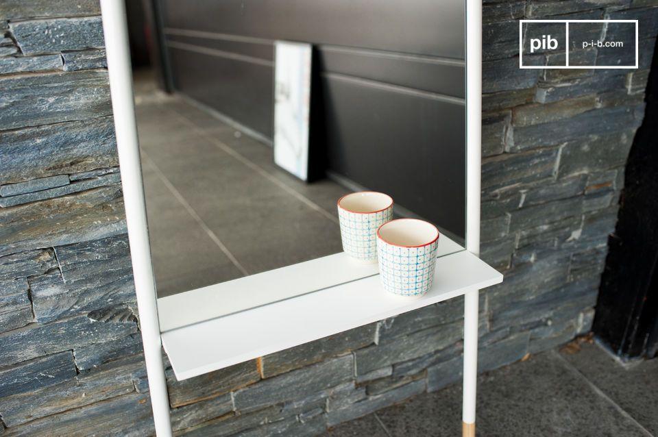 Uno specchio scandinavo a figura intera