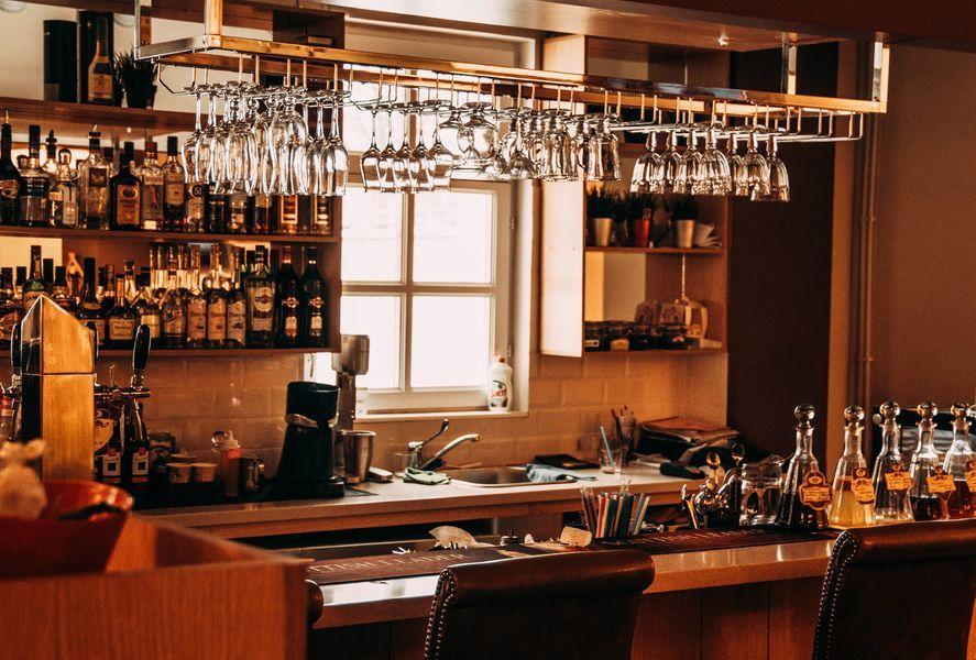 Come creare un angolo bar secondo lo stile della tua casa - Angolo bar a casa ...