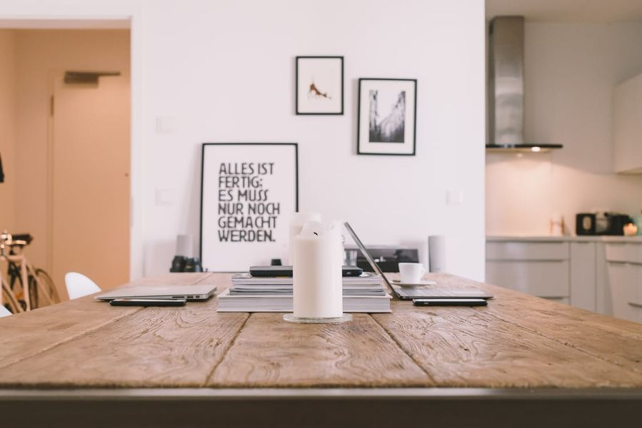 tavolo da cucina con postazione lavoro