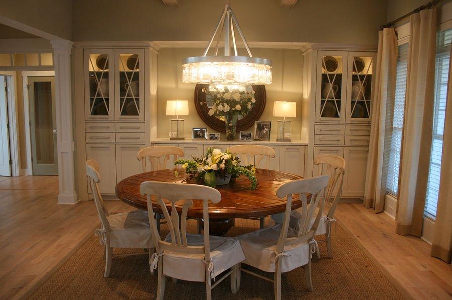 sala da pranzo con sedie e tavolo tondo