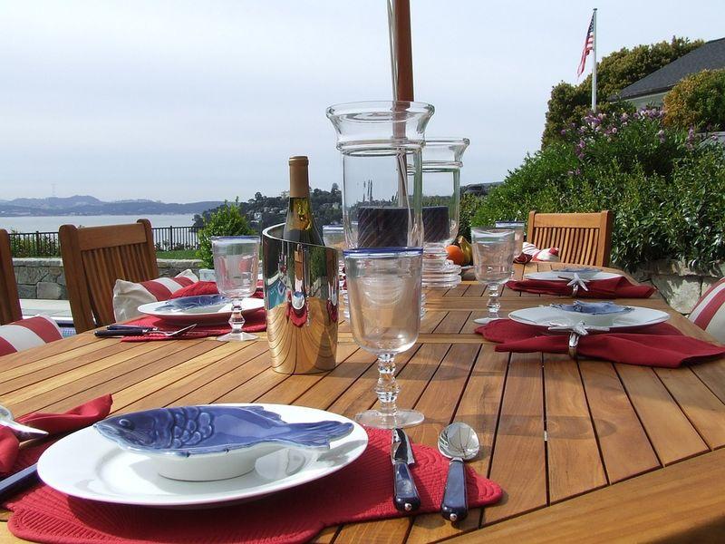 vista sul mare con tavolo di legno