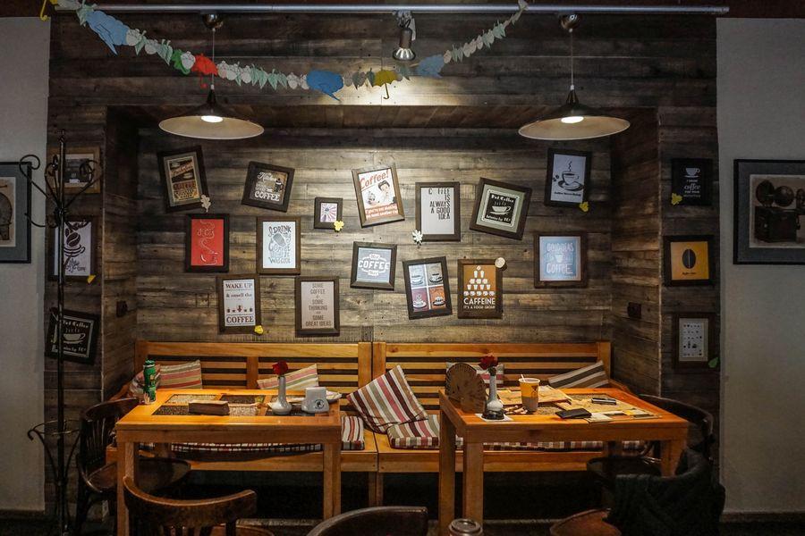 tavolo con panche e sfondo con cornici