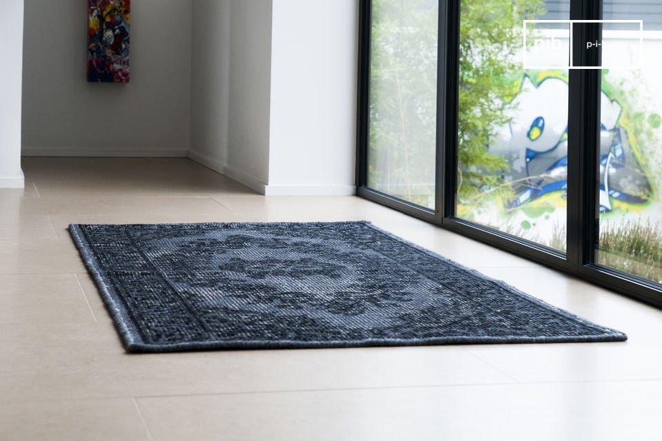 Questo tappeto, realizzato in lana, porta con sè un look vissuto