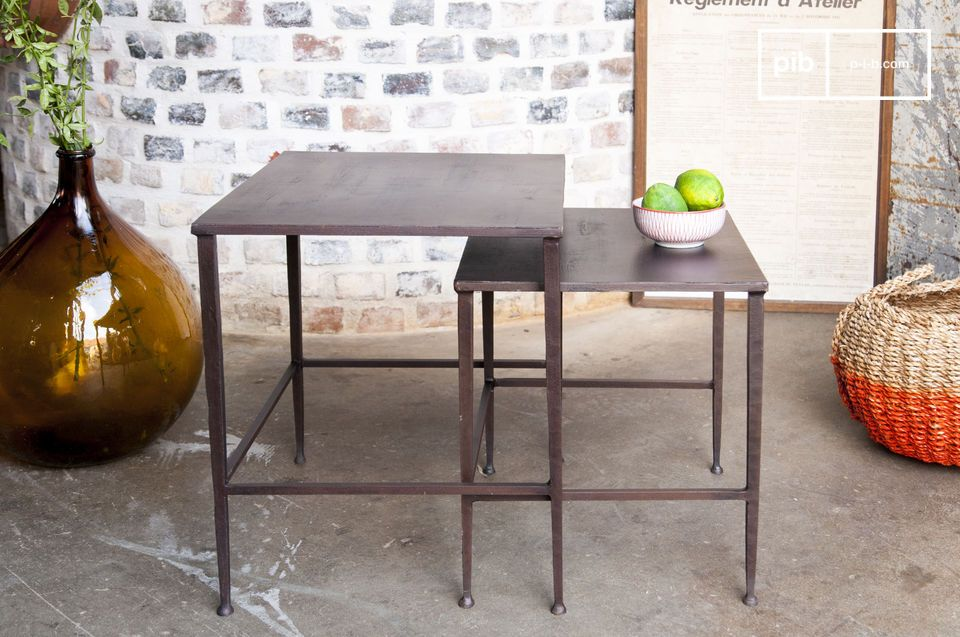 Una coppia di tavolini modulabili, ideali ai lati di un letto o di un divano