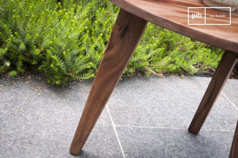 L\'estetica di questo tavolino da divano prende ispirazione dalla metà del XX secolo e porterà un