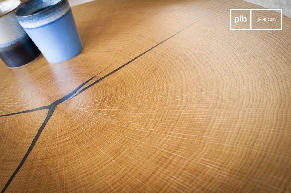 Il top è realizzato in una foglia di rovere, in un unico pezzo, fissato su un supporto metallico