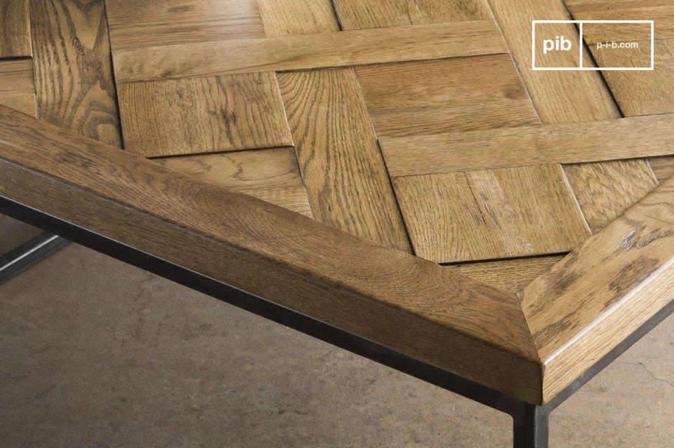 Il ripiano quadrato del tavolo è stato interamente realizzato con liste di legno di quercia