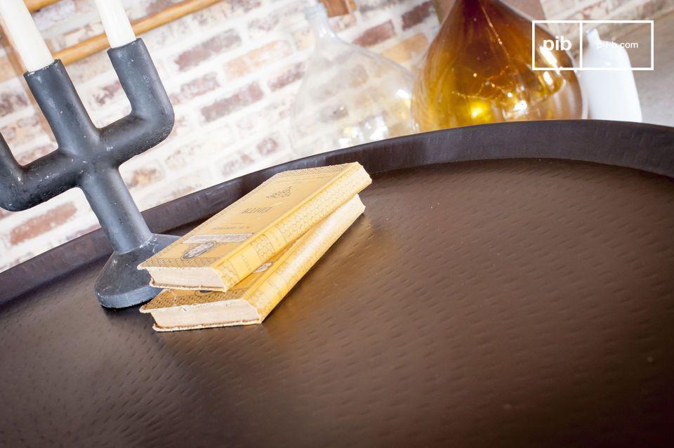 Linee semplici, design metallico e finiture realizzate a mano