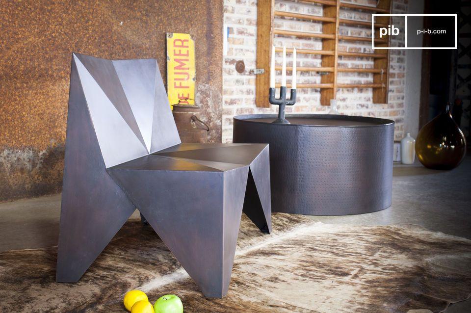 Il tavolino rotondo Subolo ha una forma cilindrica con un bordo in alto che lo delimita e