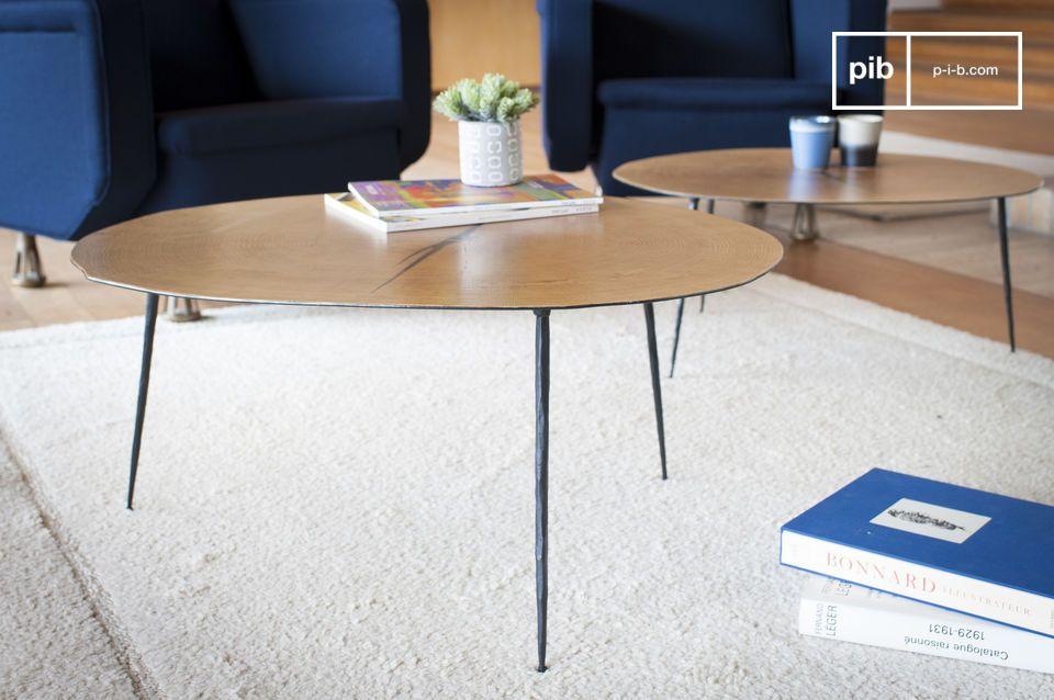 Un tavolino biologico ingrandito dal piano che ricopre una foglia di rovere verniciata che sostiene