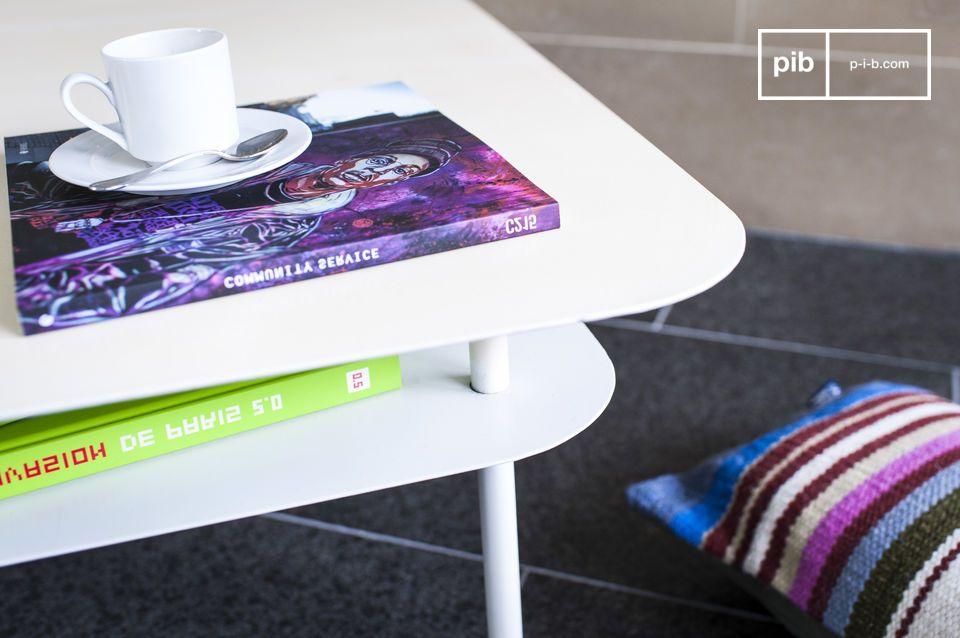 Un elegante ed ampio tavolino bianco