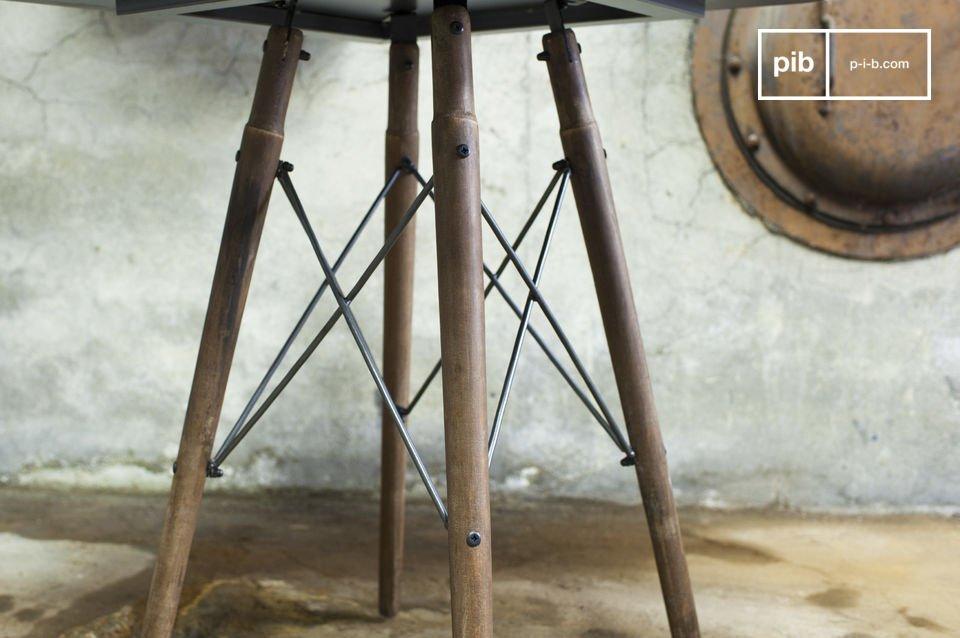 Il tavolino Bistrò Bow, combina un\'eleganza piena di finezza e uno stile industrial unico