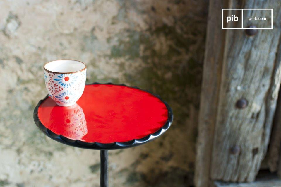 Tavolino pieno di fascino con le sue forme tondeggianti e i suoi colori adorabili
