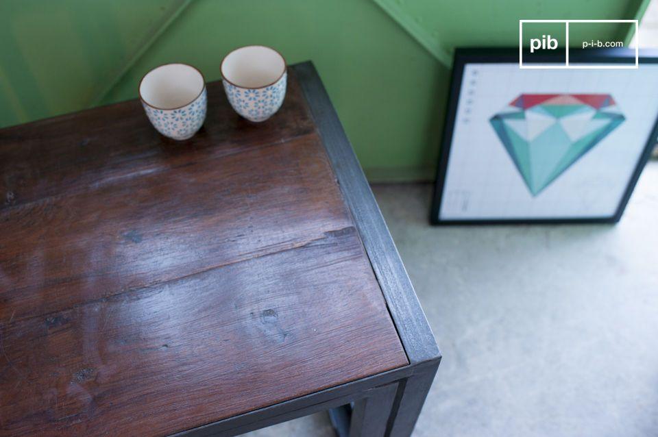 I due tavolini si uniscono per crearne uno più lungo in stile vintage Industrial