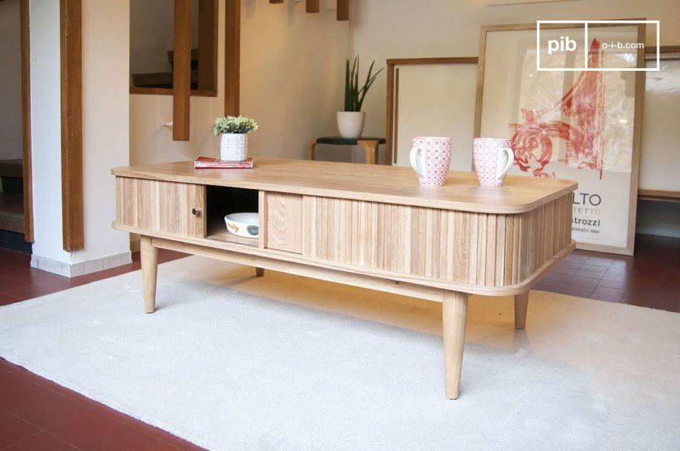 Un tavolino tutto in legno chiaro
