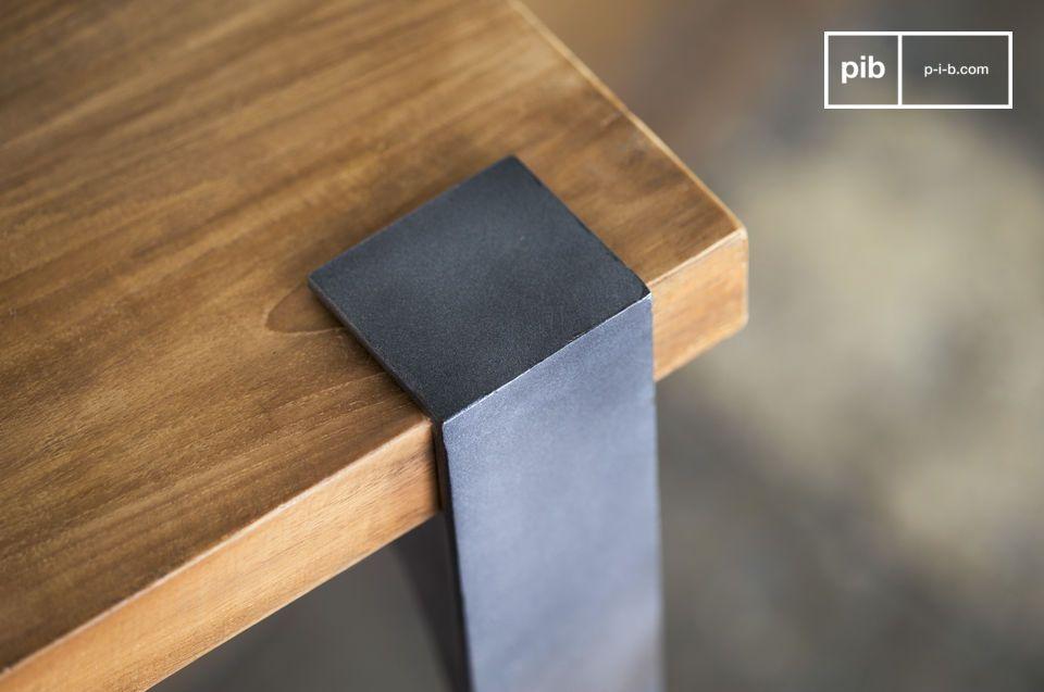 Un tavolino alto progettato per durare nel tempo