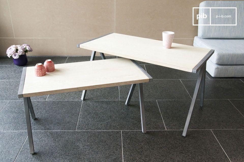 La coppia di tavolini da caffè Arlanda è un bellissimo esempio di combinazione di legno e metallo