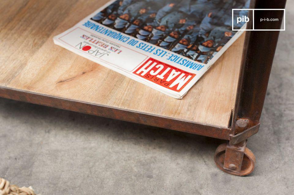 Questo tavolino è costituito da due piani di legno verniciati; la sua solida struttura garantisce