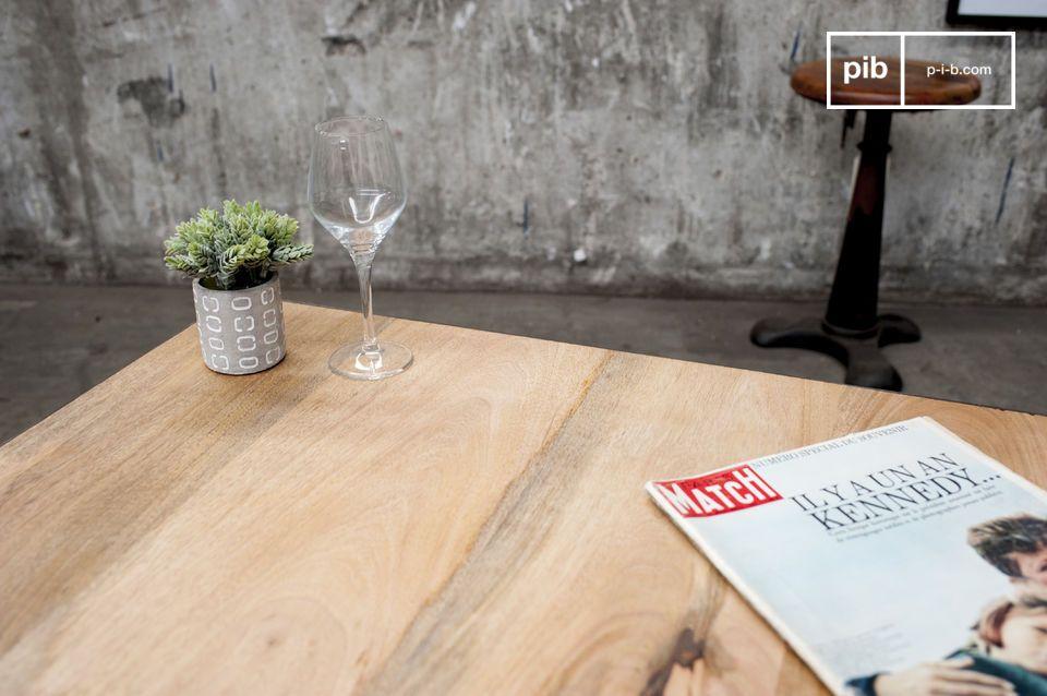 Tavolino da caffè in acciaio e legno, con rotelle metalliche.