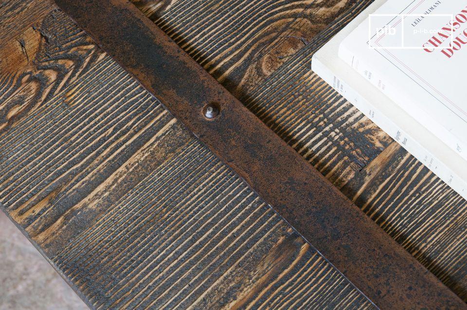 Il tavolino Domancy aggiungerà un autentico tocco di stile al vostro salotto grazie al ruvido piano