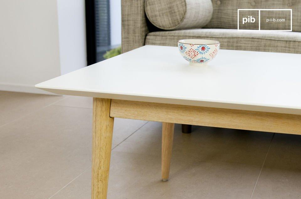 Quadrato o rettangolare, il tavolino da caffè Fjord è caratterizzato da linee semplici ed eleganti