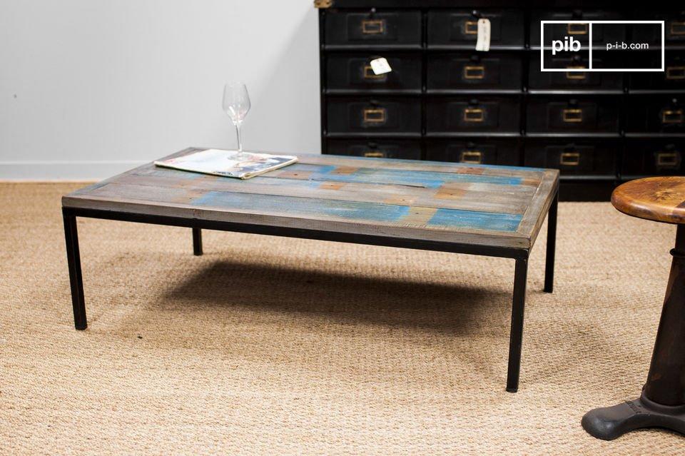 Il fascino di questo tavolo proviene dalla sua aria vintage e grazie alla sua finitura patinata si
