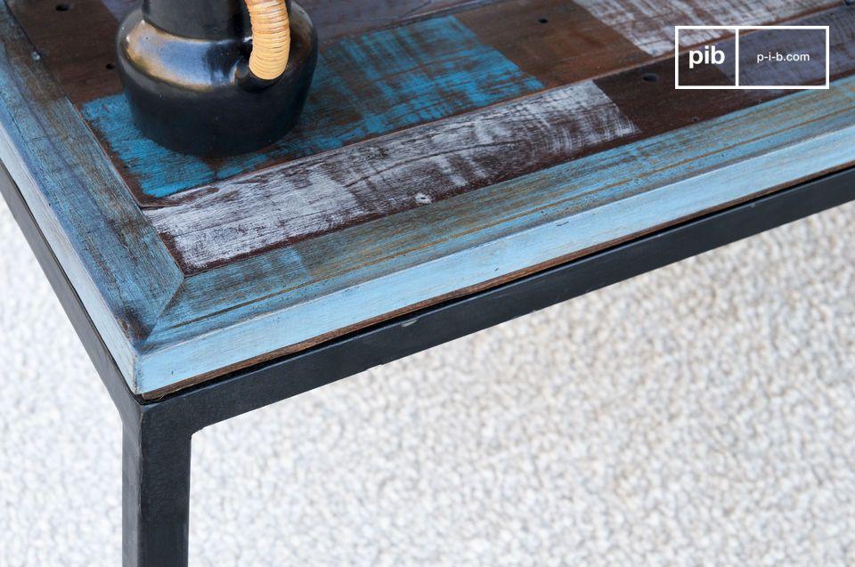Interamente realizzato in doghe di legno riciclato, il tavolino Moritz è stato assemblato a mano