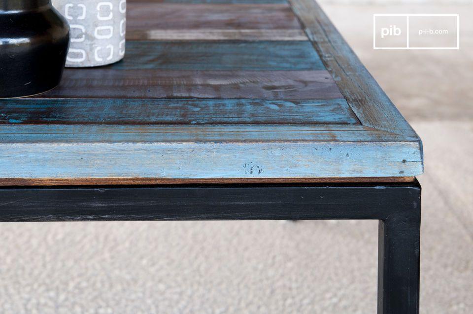 La finitura patinata del tavolo è stata realizzata applicando vari strati di vernice e pittura sul