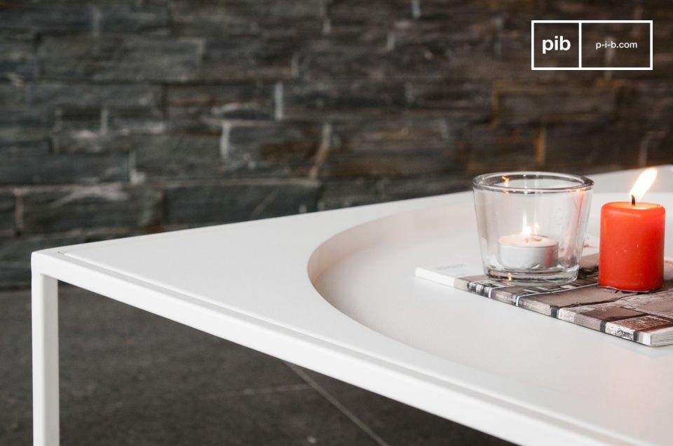 Il tavolino da caffè Nölbis è realizzato in metallo ed è caratterizzato da una semplice e