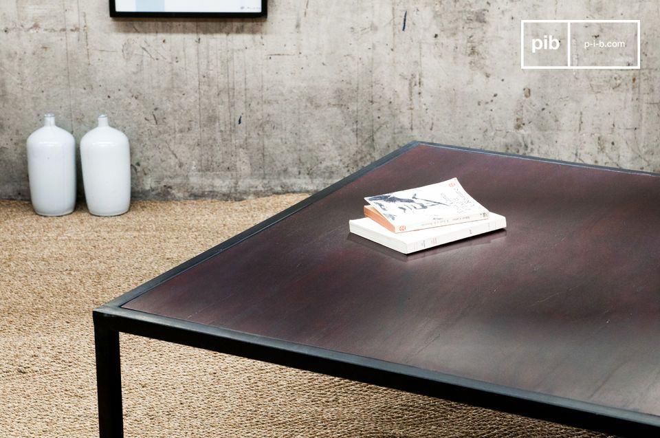 Il solido e spesso ripiano del tavolino Smoke ha una finitura di vernice color mogano