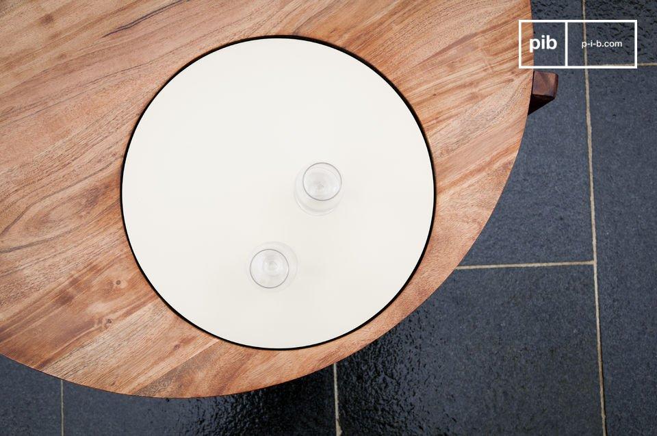 Questo tavolino da salotto ha un originale piatto bianco integrato nella superficie circolare in