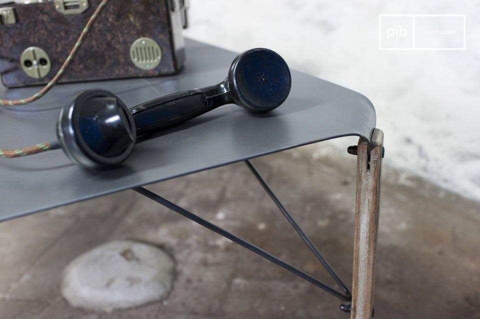 Il tavolino da salotto Bow combina un\'elegante finezza allo stile ruvido del design industriale