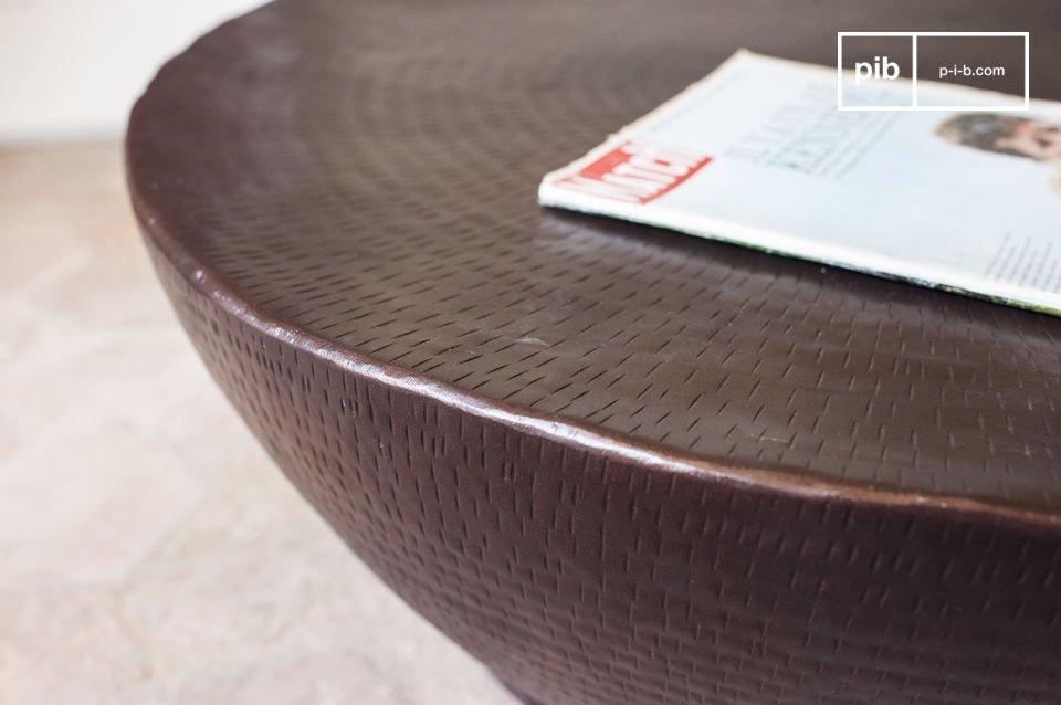Questo tavolino da salotto è interamente realizzato in alluminio e presenta un bellissimo colore