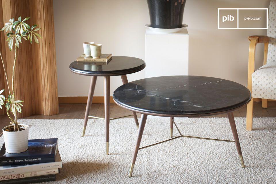 Il tavolino da salotto Sivart combina un piano in marmo nero con gambe in legno di noce