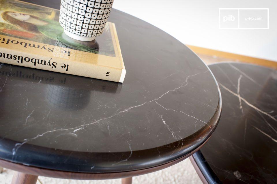 I suoi piedi a compasso prendono ispirazione dai mobili del primo Novecento