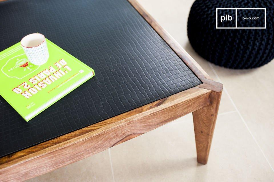 Un tavolino da salotto in solido legno, elegante ed originale