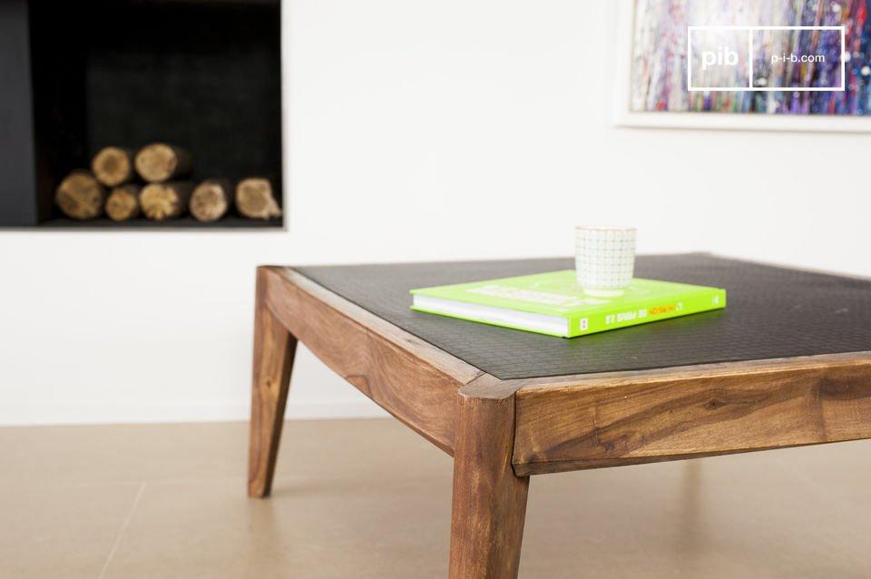 La struttura del tavolino da salotto è realizzata in solido legno di palissandro verniciato con