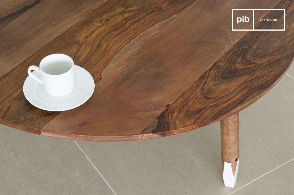 Il tavolino nordico ha una combinazione di colori unica: le gambe rotonde sono sfaccettate
