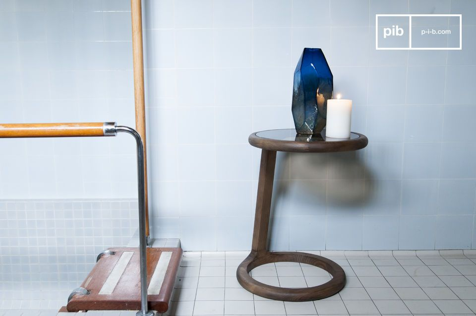 L'accordo in legno e vetro in eleganti curve vintage