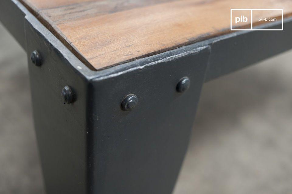 Questi tavoli quadrati da salotto sono in perfetto stile industriale grazie alle due ruote in