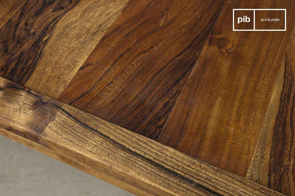 Questo tavolino, con i suoi due metri di lunghezza sarà perfetto di fronte al tuo divano