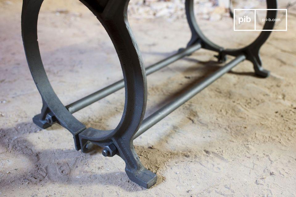 Questo tavolino combina i due materiali tipici dello stile Industrial: il legno massello ed il