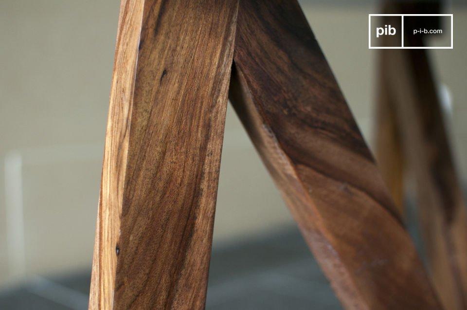 Il tavolino da salotto mostra delle linee particolarmente gentili con le sue gambe in solido legno e