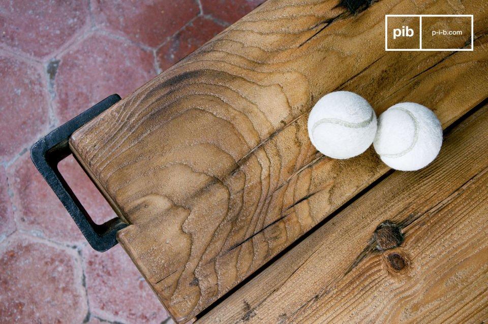 Un tavolino con carattere che si ispira ai vecchi carrelli in legno usati nelle officine