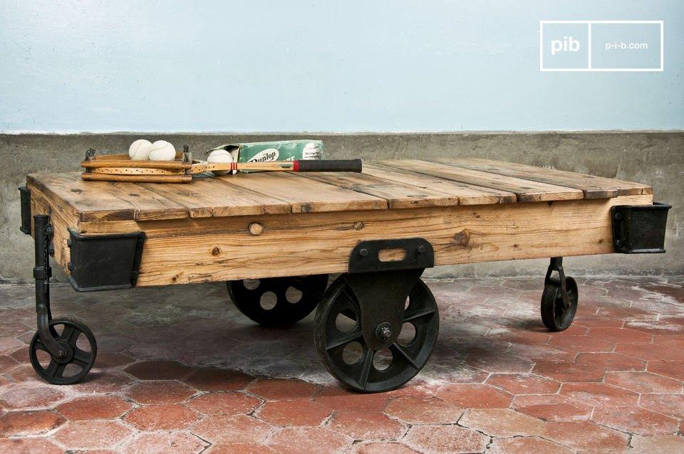 Realizzato in un legno pregiato e verniciato