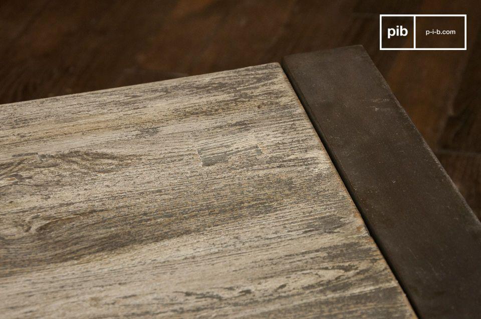 Tavolino grigio realizzato in acciaio e legno.