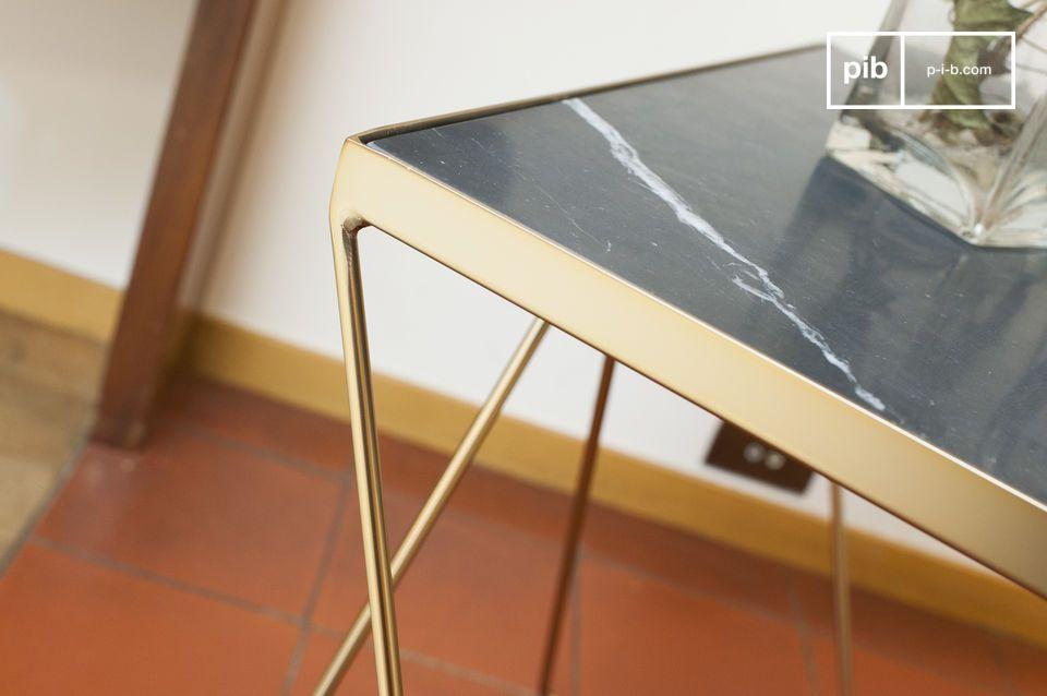 Il piano quadrato del tavolino Bumcello è realizzato in marmo verde a coste
